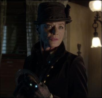Dans le dernier épisode d'Halloween, on découvre un nouveau personnage qui est Miranda Collins. Elle va, accompagnée de Caleb, aller rencontrer son oncle. Mais quels autres nouveaux personnages voit-on furtivement ?