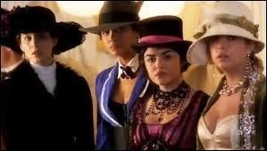 Dans l'épisode 13 de la saison 4 , en quelle couleur Emily est-elle habillée ?