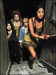 Dans l'épisode spécial Halloween de la saison 2, comment Em est-elle déguisée pour la fête de Noel Kahn ?