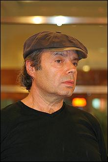 Qui est cet écrivain présenté comme un héritier de la Beat Generation auteur de  Bleu comme l'enfer  et  Zone érogène  ? Le succès arrivera pour lui après le film de Beneix  37°2 .