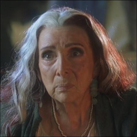 Quel sort la reine des gitans jette-t-elle à l'héroïne ?