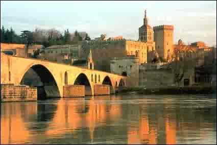 Cette ville est située dans le Vaucluse. Elle a été le lieu de résidence de plusieurs papes :