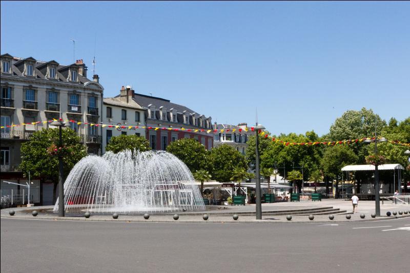 Chef-lieu depuis 1790 du département des Hautes-Pyrénées en région Midi-Pyrénées. C'est la capitale de la Bigorre :