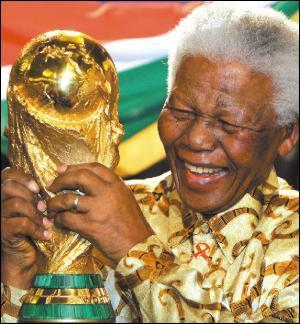 Avocat de formation. Prix Nobel de la paix en 1993 pour son combat pacifiste contre l'apartheid. Premier président de la République d'Afrique du Sud. Le 2 novembre 2013, Nelson Mandela avait-il déjà tiré sa révérence ?