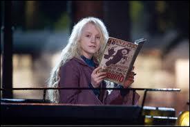 Quel magazine Luna Lovegood lit-elle quand Harry Potter et ses amis entrent dans son compartiment ?
