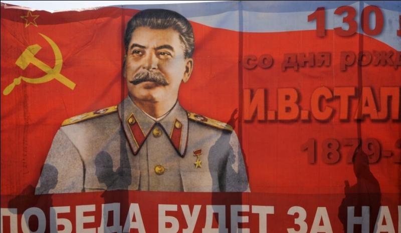 A la mort de Staline le 5 mars 1953, qui lui succède immédiatement à la tête de l'URSS en devenant le nouveau dirigeant du parti communiste de l'Union soviétique ?