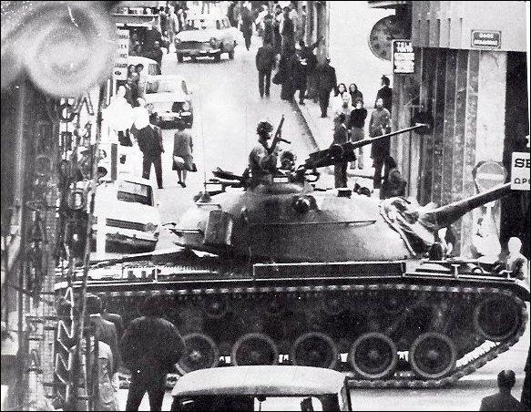 Comment est appelée la dictature mise en place en Grèce de 1967 à 1974 ?