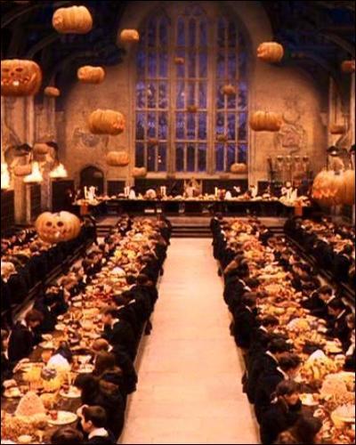 Il y a un grand festin le soir d'Halloween.