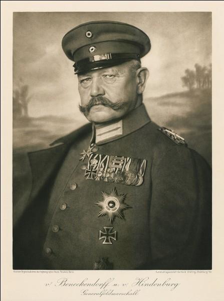 Qui commande les troupes allemandes sur le front de l'est en novembre 14 ?
