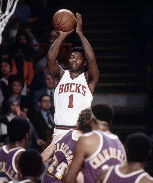 Et enfin : le dixième meilleur marqueur de l'histoire de la NBA, il a remporté un titre en 1971 avec les Milwaukee Bucks et un titre de MVP en 1963, qui est ce joueur (désormais 11e derrière Dirk Nowitzki) ?