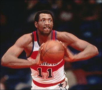 Le huitième meilleur marqueur de NBA a joué dans ce championnat entre 1968 et 1984, il y a remporté un titre avec les Washington Bullets, qui est-il ?