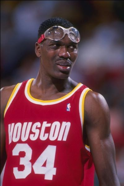 Neuvième meilleur marqueur de l'histoire, il est surtout l'un des meilleurs pivots de l'histoire, il a marqué l'histoire des Houston Rockets, a remporté deux titres, et un titre de MVP, qui est ce joueur ?