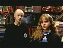 De quoi Drago Malefoy traite-t-il Hermione ?