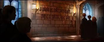 Qui doit prendre garde selon le premier message inscrit sur le mur ?