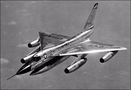 Le B-58 est le premier bombardier :