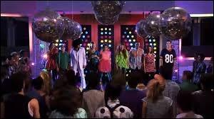 Quel titre interprètent les élèves du studio à la fête de  Youmix  ?