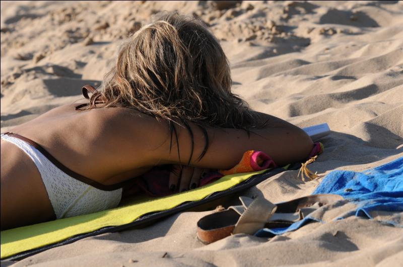 Un message pour vous les femmes ! Elle passent ____ heures à bronzer dans leur vie !