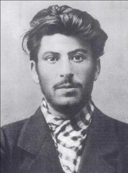 Parlons de Staline ! Dans son testament Lénine exigea quelque chose concernant Staline. À votre avis, qu'exigea Lénine ?