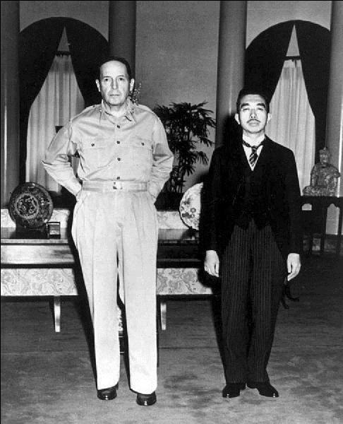 À quel moment l'empereur Hiro Hito fut entendu pour la première fois à la radio, et pour quel événement ? Auparavant, il le l'avait jamais fait !