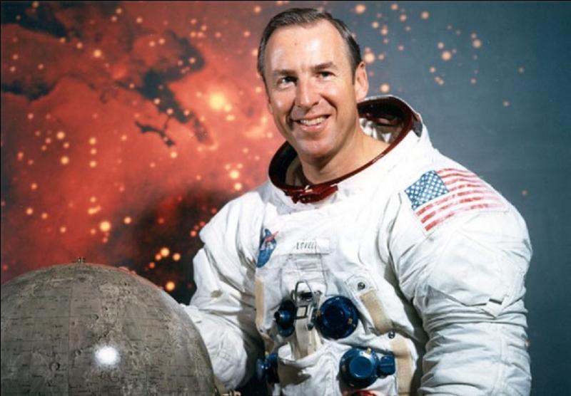 Héros méconnu de la conquête spatiale, héros malchanceux également ! C'est un astronaute américain, il participa aux programmes Gemini et Apollo. Il effectua 4 vols. Pouvez-vous le nommer ?