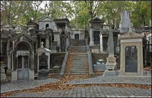 Le cimetière du Père-Lachaise comporte de nombreuses allées, classées en rues et en divisions (carrés). Combien en existe-t-il ?