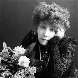 Née à Paris en 1844 et décédée dans cette même ville le 26 mars 1923, inhumée dans la division 44, surnommée  La Voix d'or ,  La Divine  ou encore  La Scandaleuse . Considérée comme l'une des plus grandes tragédiennes, je suis aussi connue comme l'une des  cocottes  les plus demandées de mon temps. Amputée de la jambe droite suite à une gangrène, j'interprète des rôles comme  L'Aiglon . Je suis :