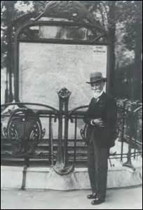 Je suis né le 27 janvier 1852 à Uzel (Côtes-d'Armor). Inspecteur général des ponts et chaussées, je suis le père du métro parisien avec Edmond Huet. D'ailleurs une station porte mon nom et a été inaugurée en 1933 ainsi que l'ancienne place du Maine. Je décède dans la capitale le 3 août 1936 et suis inhumé dans l'indifférence générale. Mon corps repose dans la division n°82. Je me nomme :
