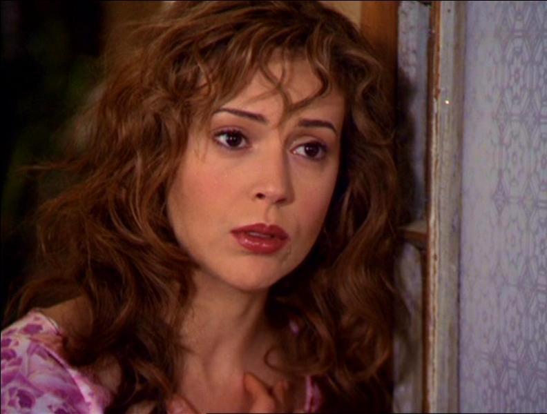 Dans l'épisode 'Mata Hari', quelle est la couleur du déguisement de Phoebe lors de la conférence de son petit ami ?