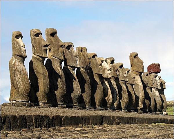 L'île de Pâques est une petite île de 166 km2 de l'océan Pacifique. Elle est connue pour ses célèbres statues représentées sur l'image, les moaïs. Savez-vous à quel pays cette île appartient ?