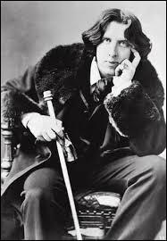 Irlandais, il écrit un roman,   Le Portait de Dorian Gray   puis des contes, des nouvelles et des pièces de théâtre.