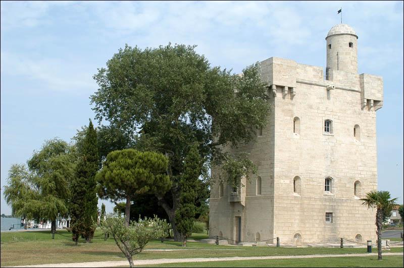 Comment appelle-t-on les tours Saint-Louis, bâtie en 1737, en bordure du Grand Rhône, Saint-Genest édifiée en 1656 et Tampa, construite en 1614 ?