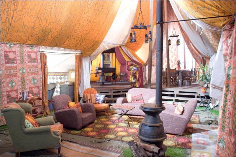 J'adore la magie !   Qui est le vrai propriétaire de cette tente, qui se révélera fort utile ?