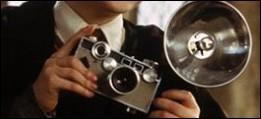 Peut-être a-t-il réussi à prendre une photo de son agresseur ?   A qui est l'appareil photo qui mitraille sans cesse le célèbre Harry Potter ?