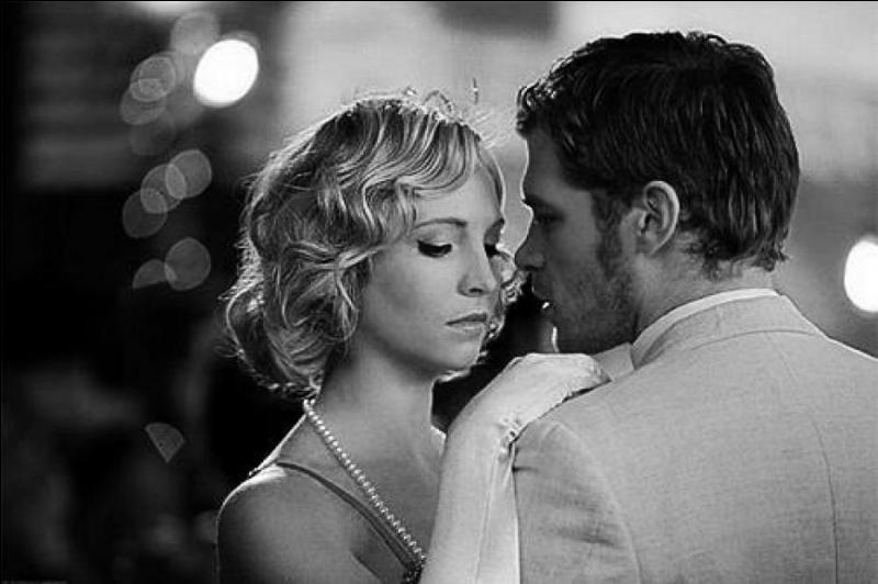Y a-t-il (ou y a-t-il déjà eu) quelque chose entre Caroline et Klaus ?