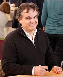 A. J. : Ecrivain et cinéaste français né en 1965, je signe le roman  Le secret des coloriés  et le film  Fanfan . Je suis...