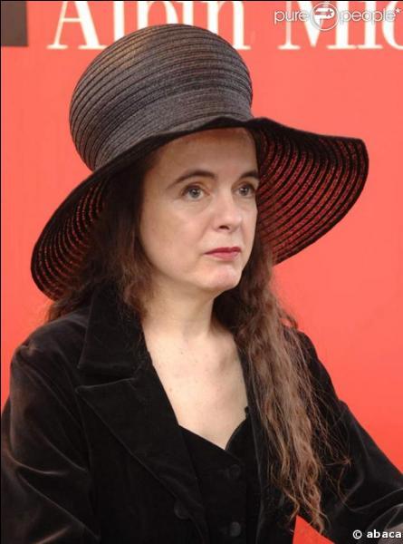 A. N. : Ecrivaine belge née en 1966, je suis connue pour mon chapeau noir et mes nouvelles  Les champignons de Paris  ou  L'entrée du Christ à Bruxelles.  . Je suis...