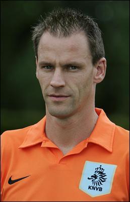 A. O. : Footballeur hollandais né en 1974, je mets un terme à ma carrière en 2012, après avoir joué au PSV, à Blackburn et à l'Ajax. Je suis défenseur et compte 55 sélections en équipe nationale. Je suis...