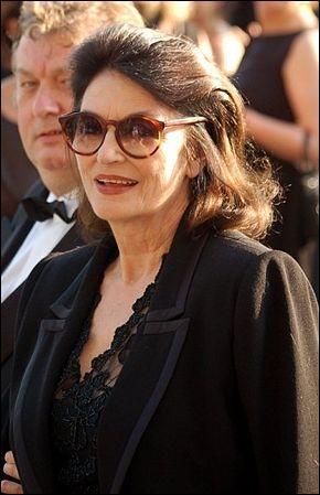 A. A. : Actrice française née en 1932, je tiens des grands rôles dans les films  La dolce vita  ou  Lola . Je suis...