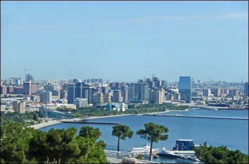 De quel état la ville de Bakou située au bord de la mer Caspienne est-elle la capitale ?