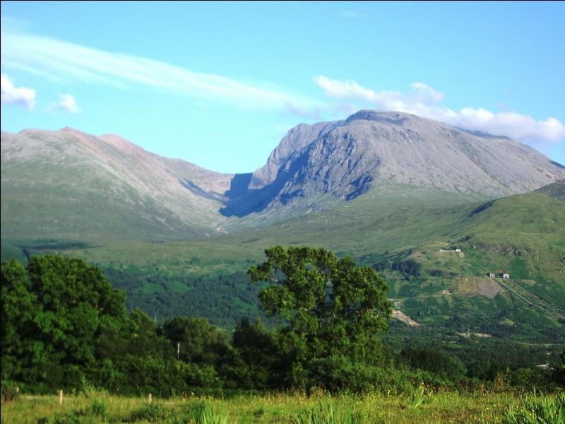 Le Ben Nevis est le point culminant de la Grande-Bretagne. Quelle est son altitude ?