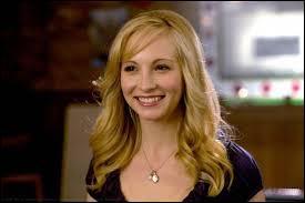 De la saison 1 à 4, de qui Caroline a-t-elle été amoureuse ?