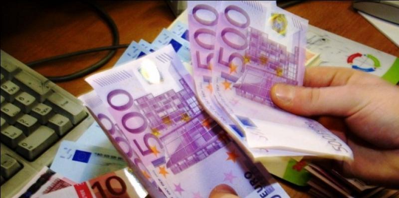 Lorsque l'euro fut introduit en 1999, un certain nombre de pays constituaient la zone euro, en fait ils étaient ...
