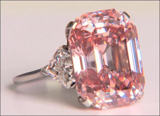 Lors d'une vente aux enchères, ce diamant a atteint la somme fabuleuse de 34 millions d'euros, il est considéré comme le diamant le plus cher du monde !