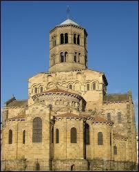 Comment nomme-t-on les deux styles d'églises au Moyen Âge ?