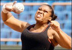 Quel sport consiste à lancer une boule de métal aussi loin que possible ?