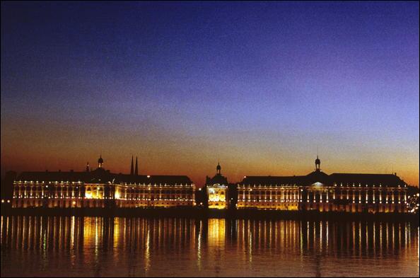 La belle endormie  d'autrefois s'est réveillée pour devenir  la cité des merveilles  inscrite au patrimoine mondial de l'UNESCO sous l'appellation  Port de la Lune . Quelle est cette ville de Gironde qui abrite le plus grand nombre de monuments classés, juste après Paris ?