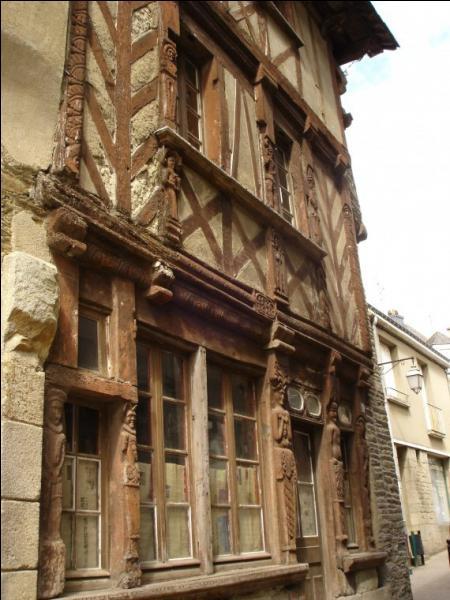 Cette  cité ducale , résidence préférée des Ducs de Bretagne, a abrité Saint-Armel qui, selon la légende, a apprivoisé un dragon dans la forêt de Brocéliande voisine. Quelle est cette ville dont la plus célèbre maison porte l'inscription  Caro, 1586 , le nom d'un des propriétaires ?