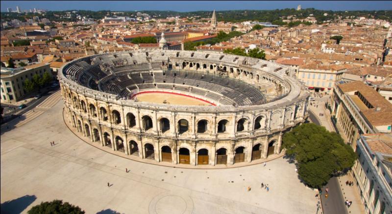 Adossée aux Cévennes,  la cité des Antonins  domine le plateau des Corbières et la nature grandiose de la Camargue. Rome y a laissé une empreinte indélébile avec les Arènes, la Maison Carrée et la porte d'Auguste. C'est :