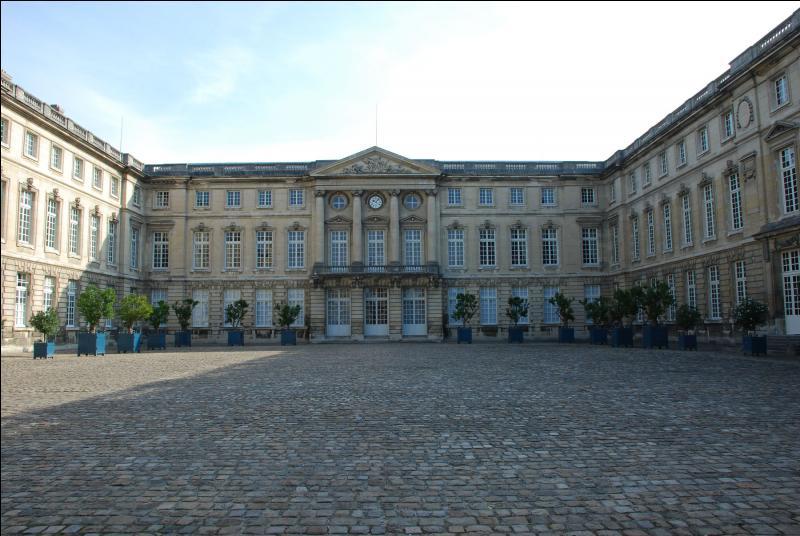 Le château de cette  cité impériale  a été témoin de la première rencontre entre Napoléon Bonaparte et Marie-Louise d'Autriche. Plus tard, il fut la résidence préférée de Napoléon III. Le 11 novembre 1918, la forêt de cette ville qui est ... , fut le témoin de la signature de l'armistice.