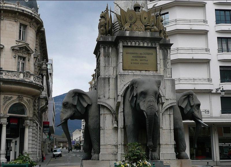 Quelle est cette  cité des ducs , lieu de résidence de la Maison de Savoie, où l'on peut admirer la fontaine des éléphants surnommée  la fontaine des 4 sans culs  ?